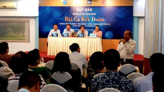 Nhạc sĩ Trần Long Ẩn phát biểu tại buổi họp báo thông tin về chương trình nghệ thuật Bài ca kết đoàn